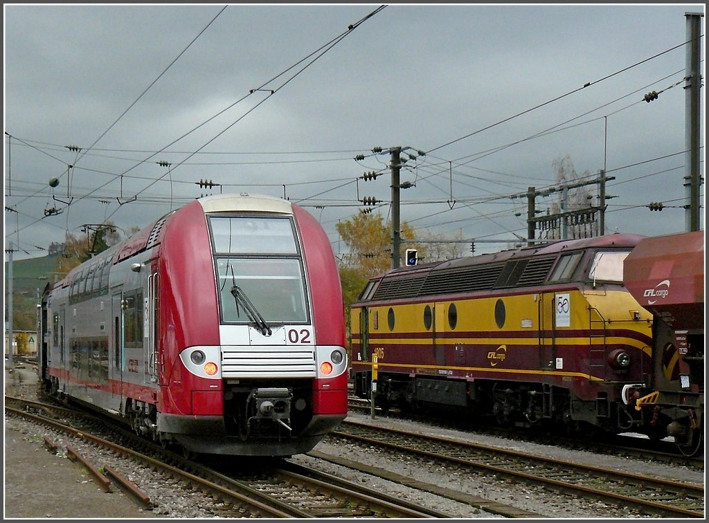 Z 2202 is leaving the station of Ettelbrück on its way to Diekirch, while 1805 is waiting for departure with freight wagons on November 6th, 2009.