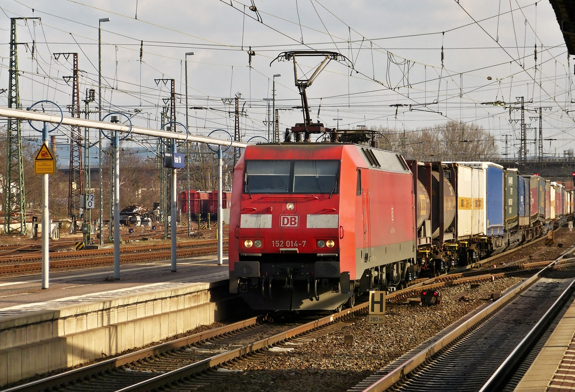 . 152 014-7 is hauling a goods train through the main station of Hanau on February 28th, 2015.