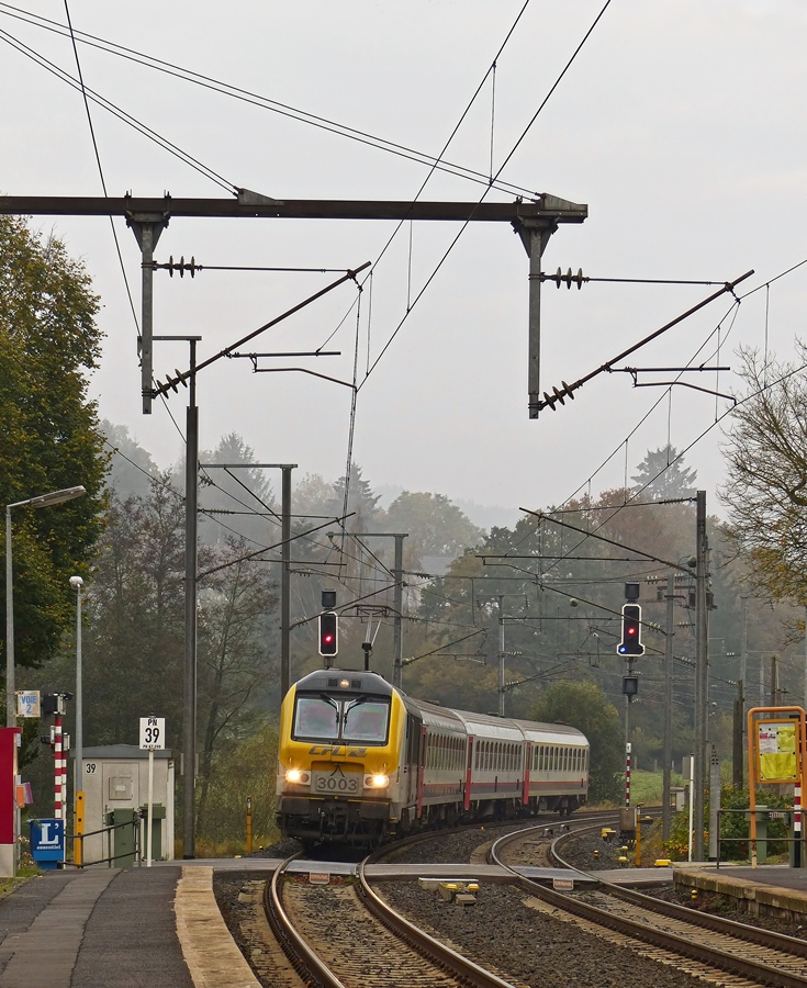 . 3003 is hauling the IR 111 Liers - Luxembourg City into the station of Wilwerwiltz on October 31st, 2014.