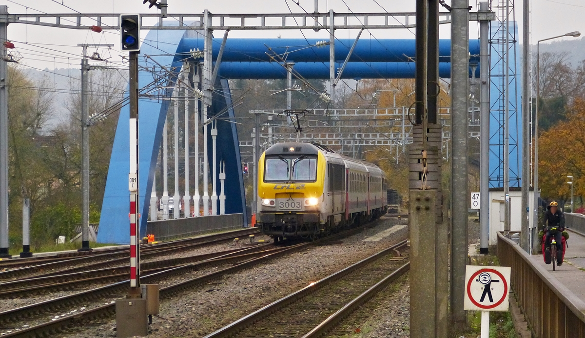 . 3003 is hauling the IR 112 Luxembourg City - Liers over the Alzette bridge in Ettelbrück on November 6th, 2014.