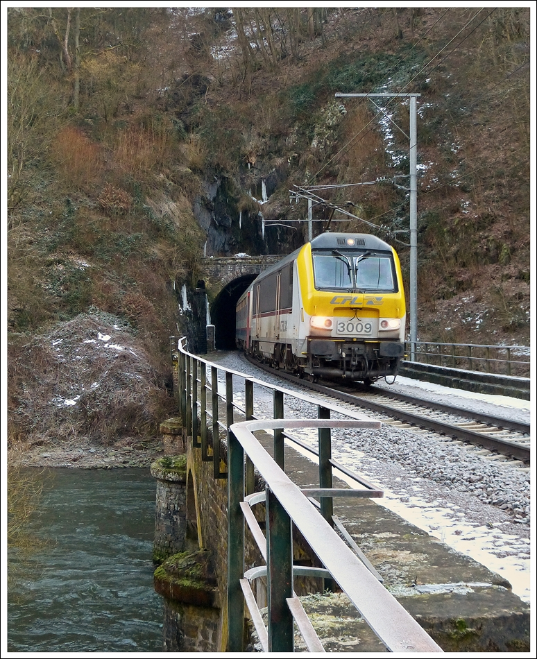 . 3009 is hauling the IR 112 Luxembourg City - Liers out of the tunnel Féischterhaff in Goebelsmühle on February 18th, 2013.