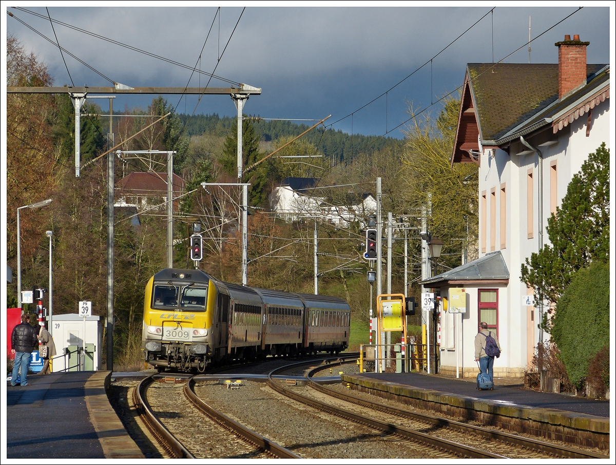 . 3009 is hauling the IR 113 Liers - Luxembourg City into the station of Wilwerwiltz on January 8th, 2014.