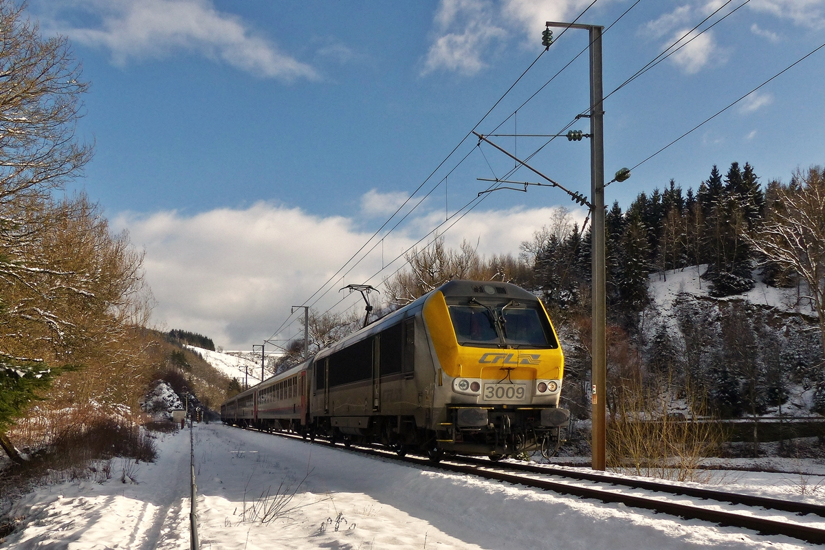 . 3009 is heading the IC 115 Luxembourg City - Liers between Maulusmühle and Sassel on February 4th, 2015.