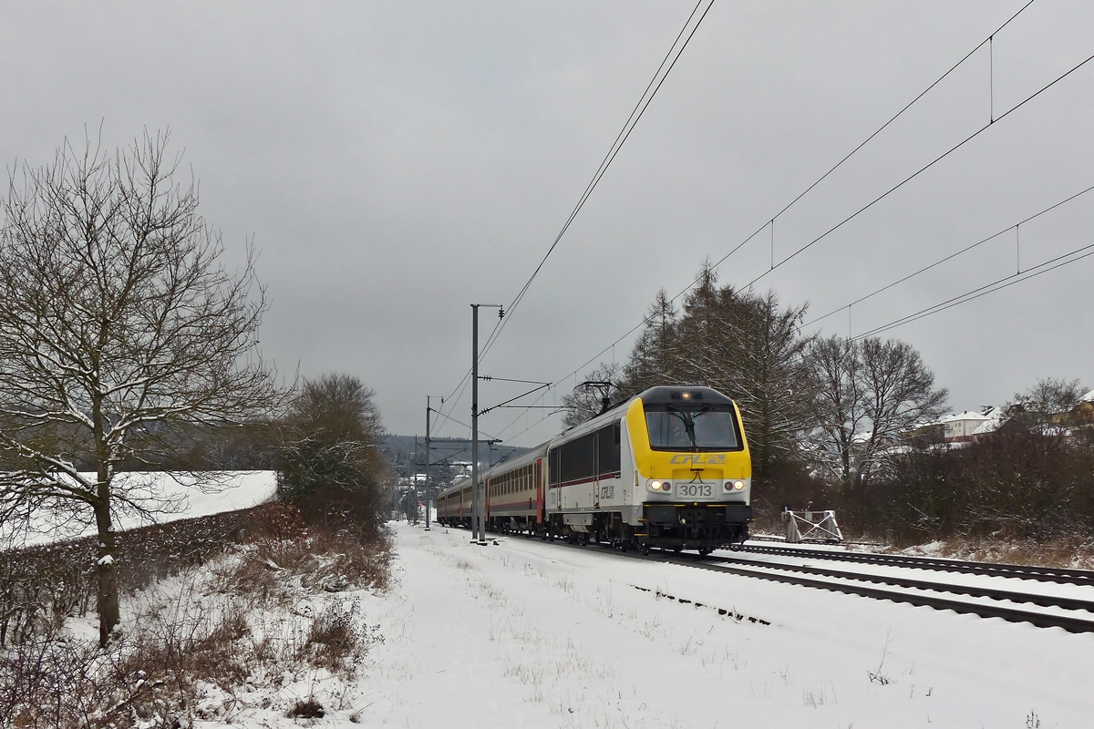 . 3013 is hauling the IC 114 Liers - Luxembourg City through Wilwerwiltz on January 24th, 2015.