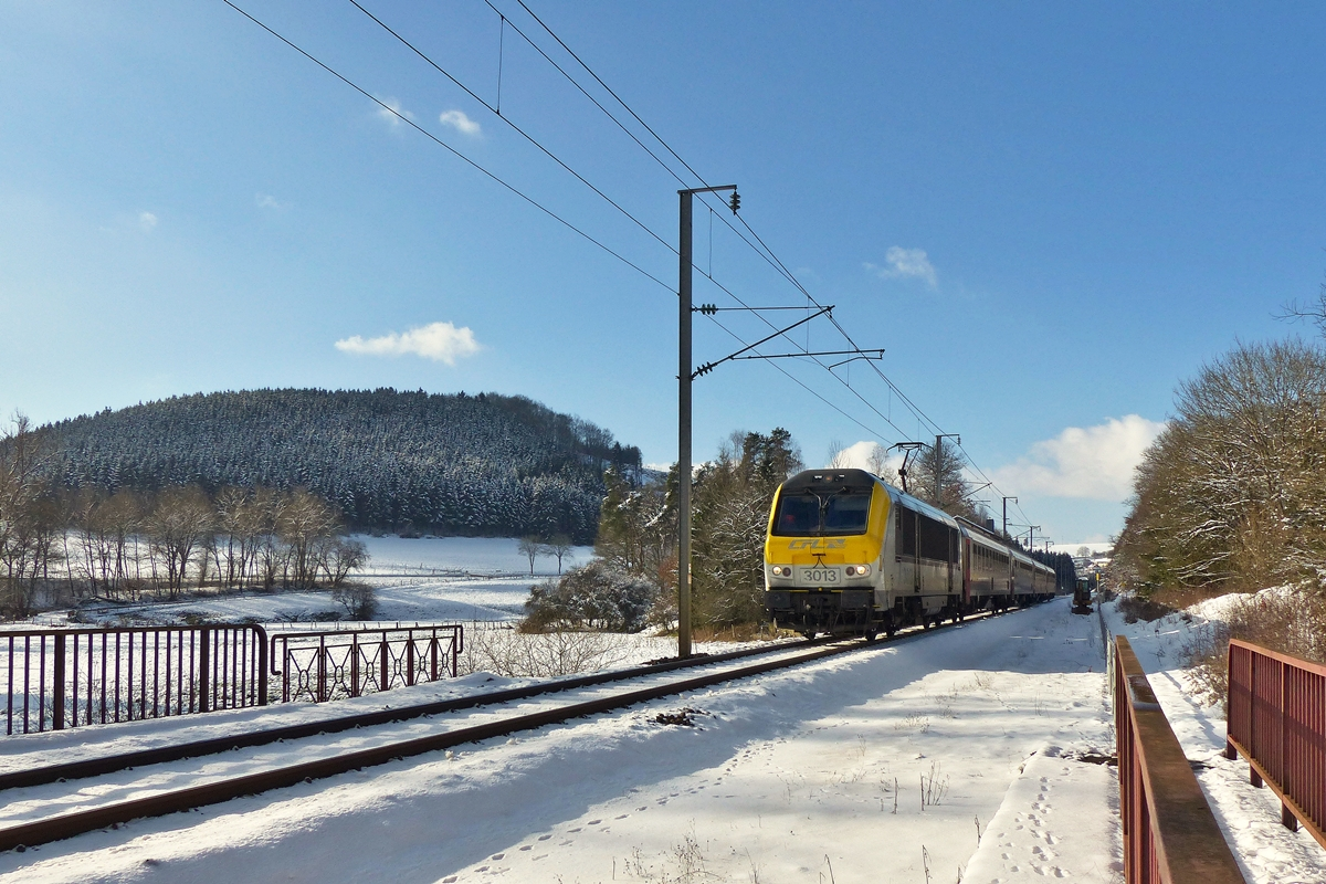 . 3013 is hauling the IC 112 Liers - Luxembourg City through the Woltz valley near Maulusmühle on February 4th, 2015.