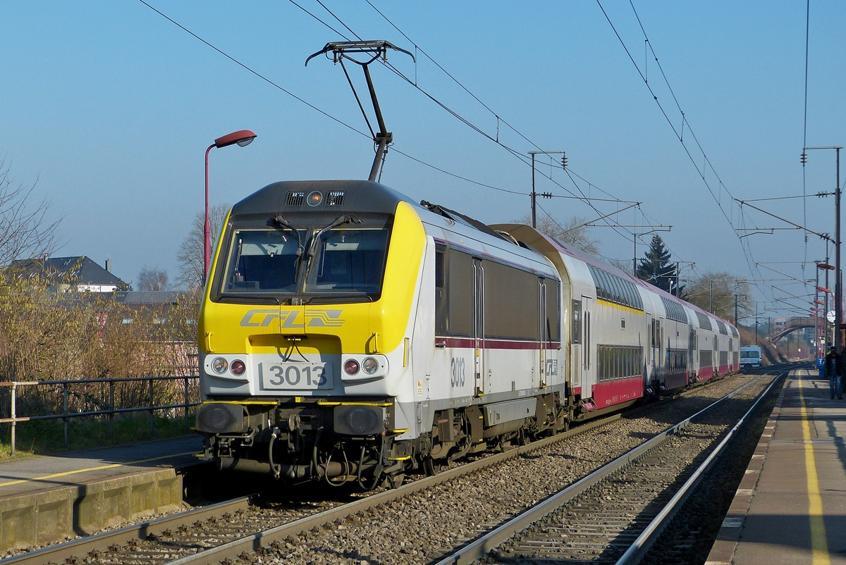 . 3013 photographed with bilevel cars in Schifflange on January 31dt, 2014.