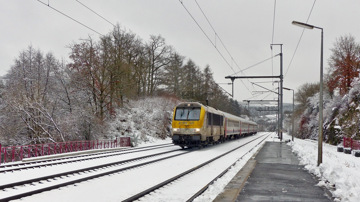 . 3015 is hauling the IC 113 Luxembourg City - Liers into the station of Wilwerwiltz on December 27th, 2014.