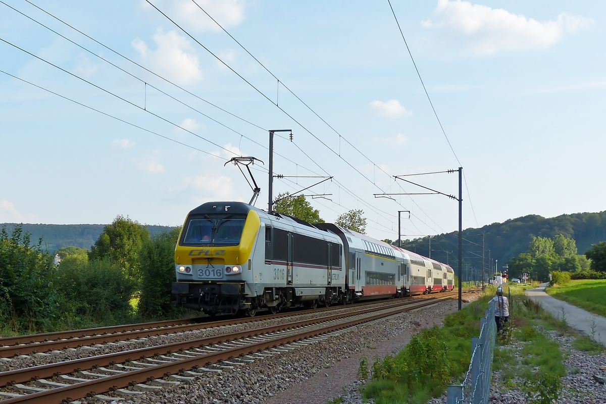 . 3016 is hauling the IR Luxembourg City - Troisvierges through Erpeldange/Ettelbrück on August 1st, 2014.