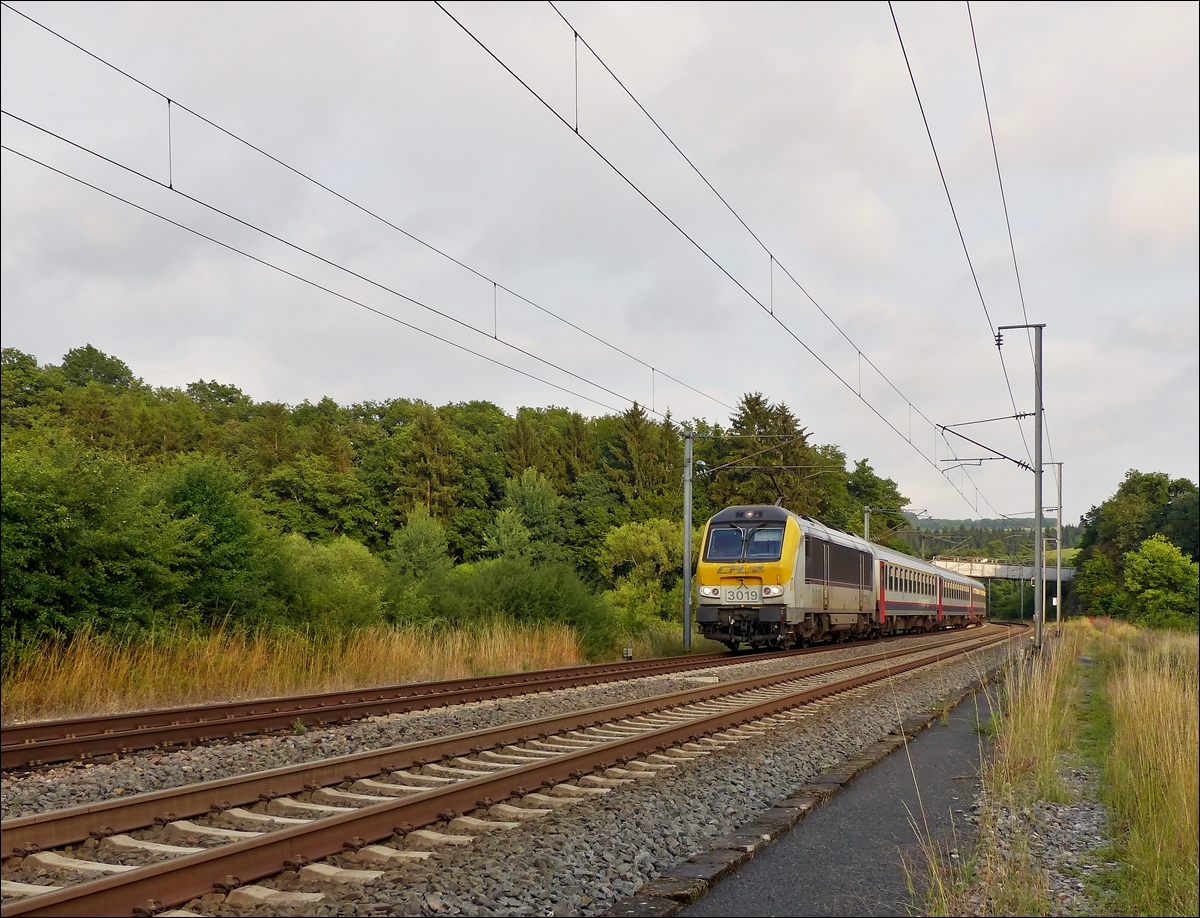 . 3019 is hauling the IR 120 Luxembourg City - Liers through Wilwerwiltz on July 11th, 2014.