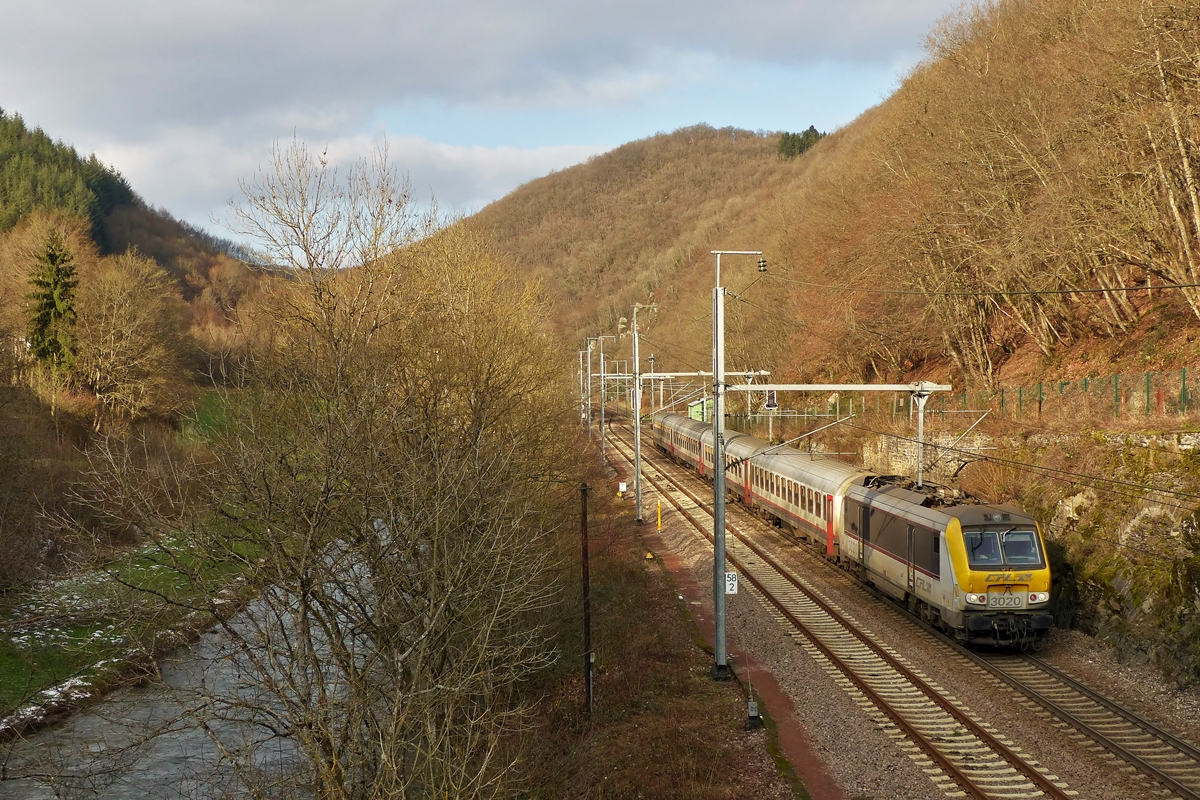 . 3020 is hauling the IC 112 Liers - Luxembourg City along the river Woltz near Goebelsmühle on January 20th, 2015.