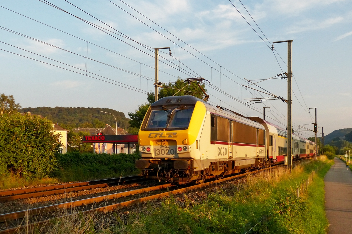 . 3020 is pushing the IR 3745 Troisvierges - Luxembourg City through Berschbach/Mersch in the evenig of August 1st, 2014.