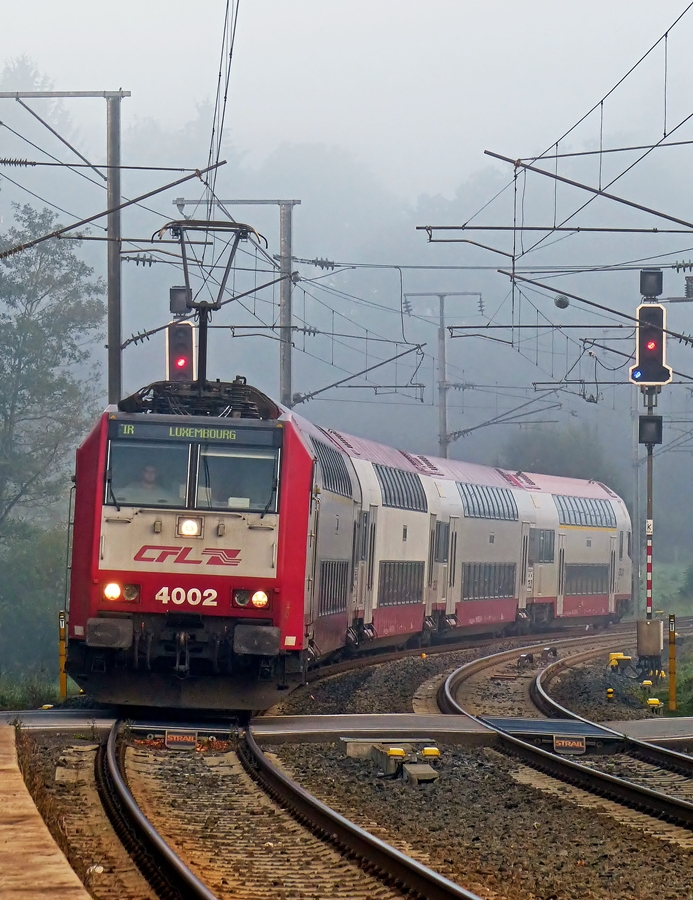 . 4002 is hauling the IR 3733 Troisvierges - Luxembourg City into the station of Wilwerwiltz on the foggy morning of September 17th, 2014.