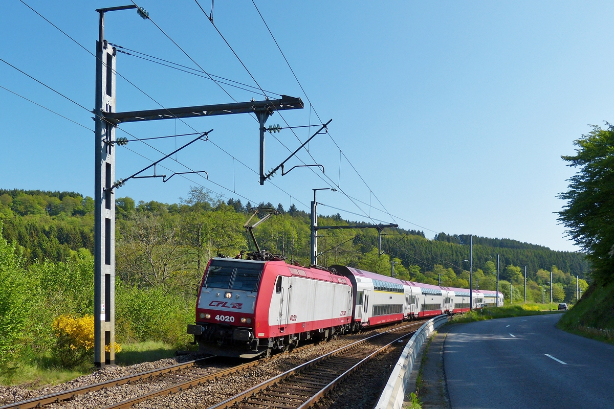 . 4020 is heading the IR 3735 Troisvierges - Luxembourg between Drauffelt and Enscherange on May 18th, 2014.