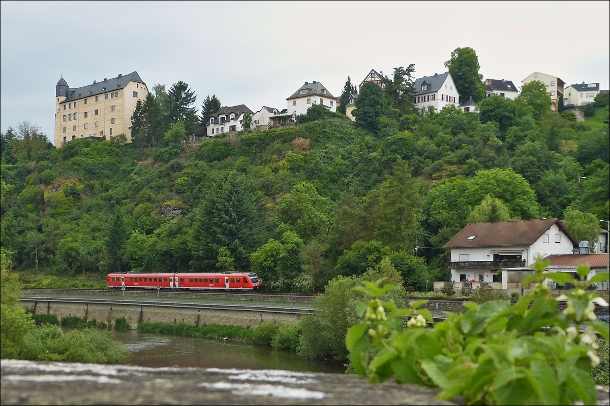 . 612 643 is runnning along the Lahn in Runkel on May 26th, 2014.