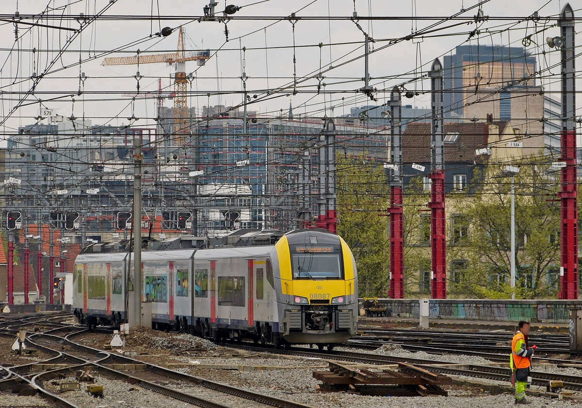. AM 08 087 is entering into the station Bruxelles Midi on April 6th, 2014.