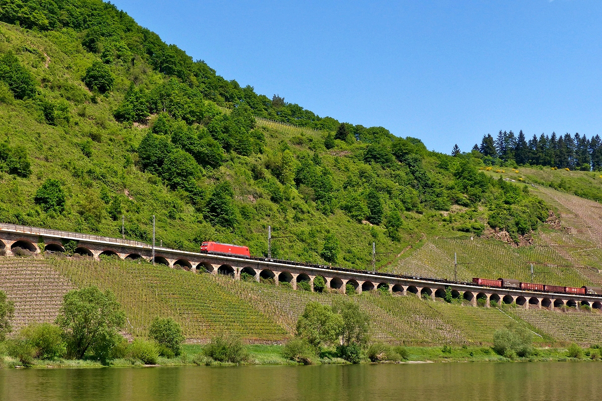 . DB 185 285-4 is heading a goods train on the slope viaduct in Pünderich on May 13th, 2015.