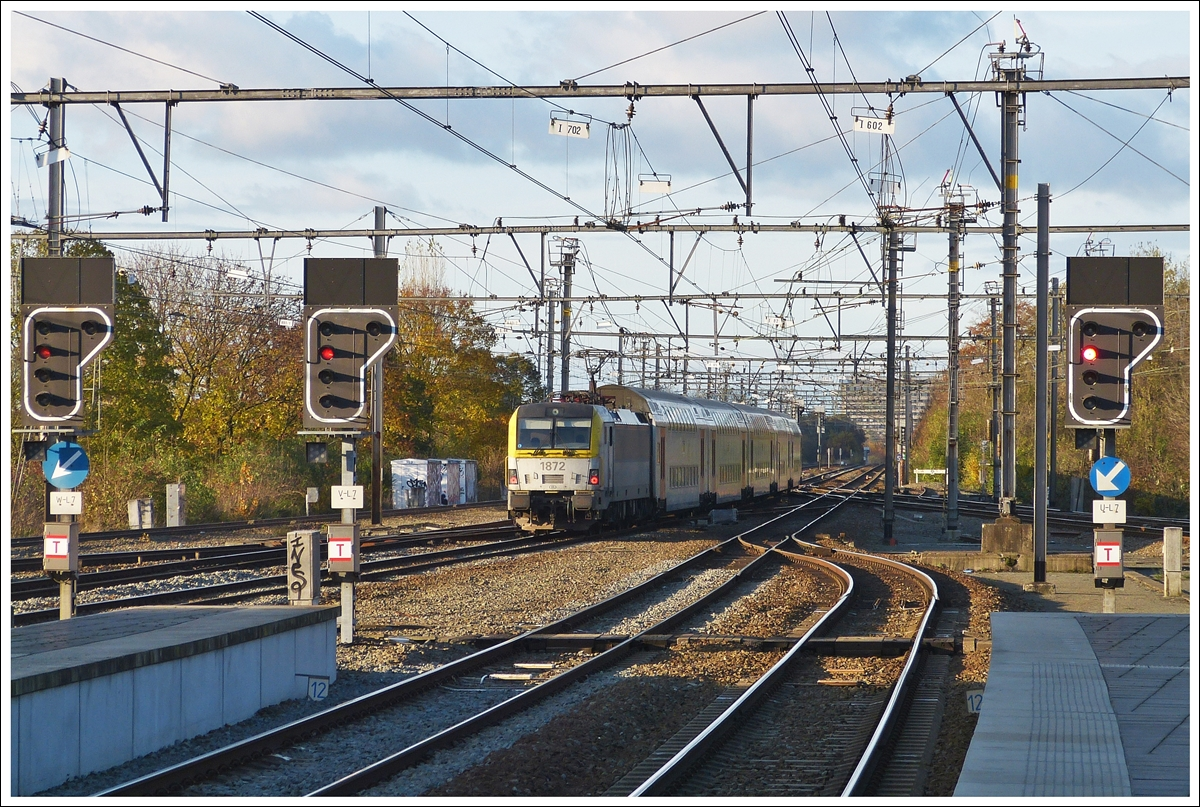 . HLE 1872 with M 6 cars is leaving the station of Brugge on November 23rd, 2013.