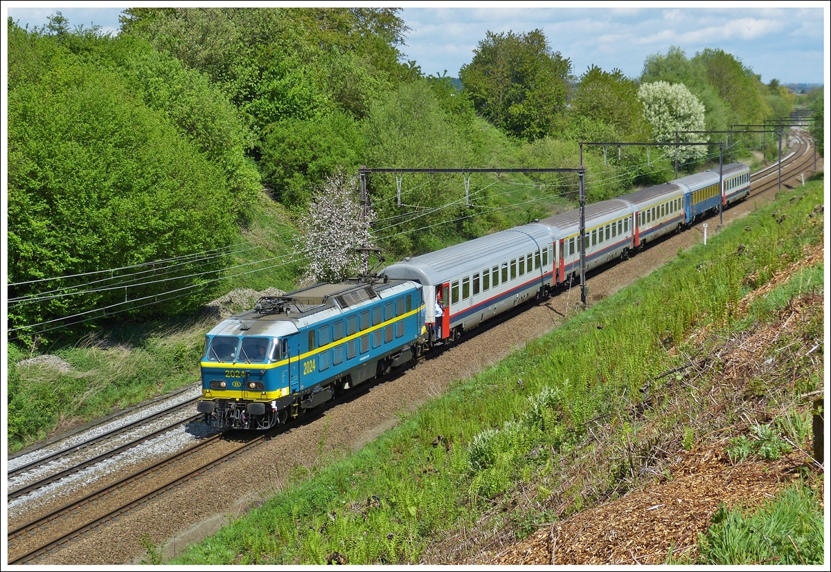 . HLE 2024 with its special train  Adieu Série 20  taken near Braine-le-Comte on may 11th, 2013.
