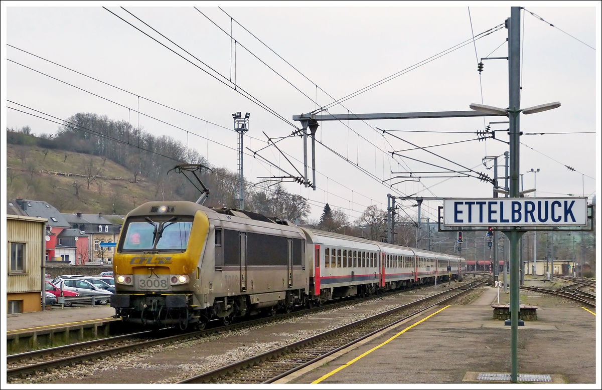 . The dirty 3008 is hauling the IR 117 Liers - Luxembourg City into the station of Ettelbrück on January 22nd, 2014.