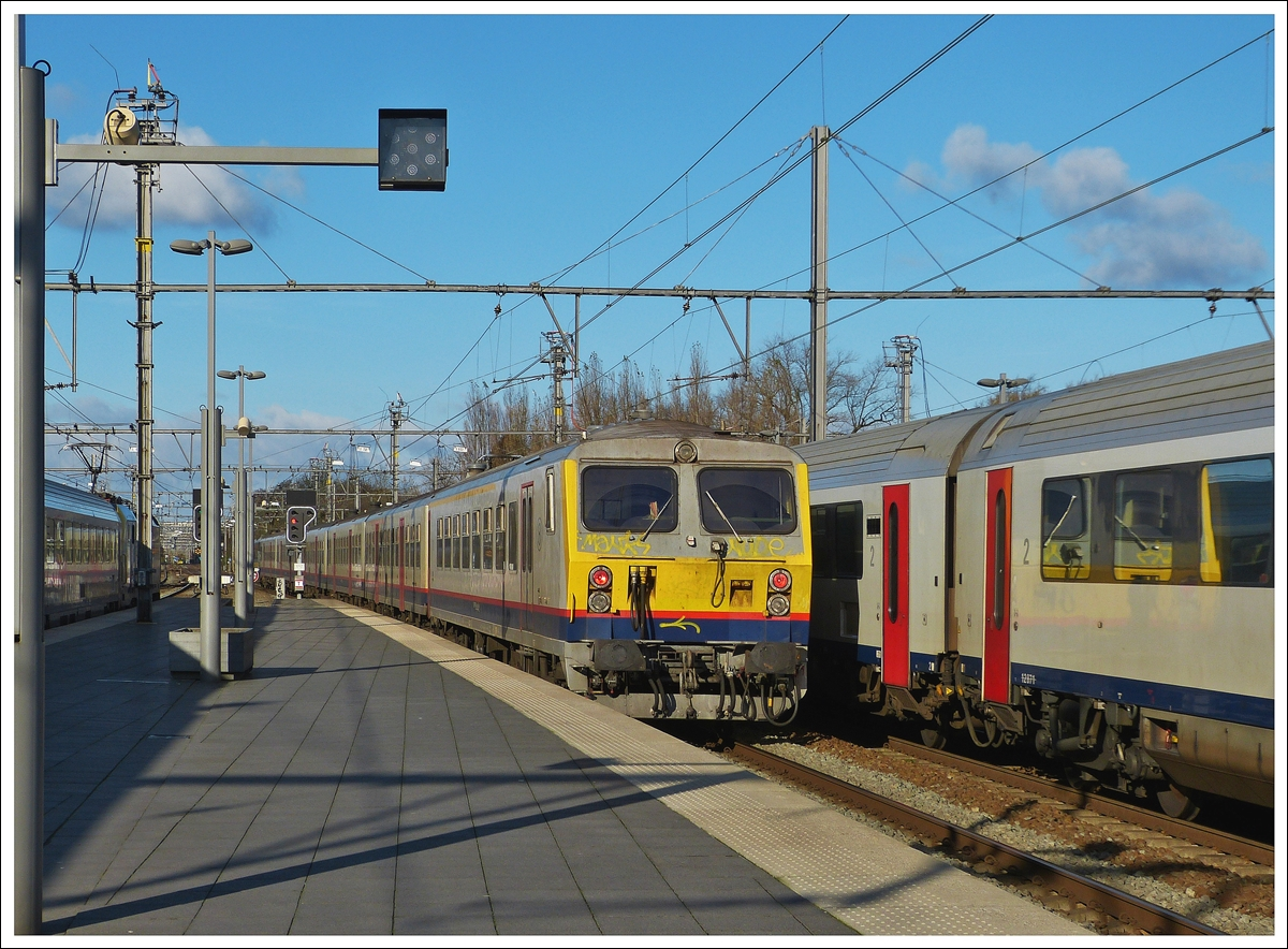 . The IC 812 to Kortrijk is leaving the station of Brugge on November 23rd, 2013.