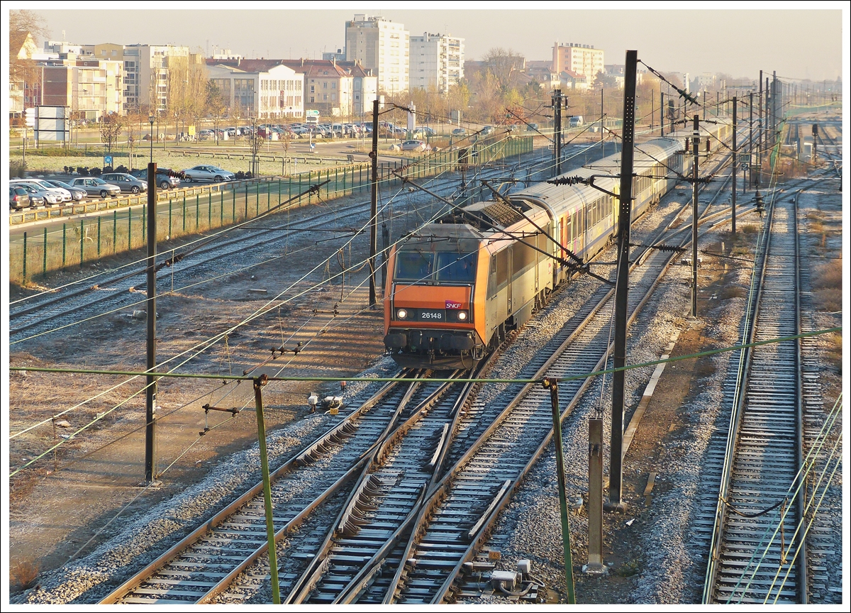 . The Sybic BB 26148 is hauling the TER 96218 Bâle - Strasbourg into the main station of Mulhouse on December 11th, 2013.