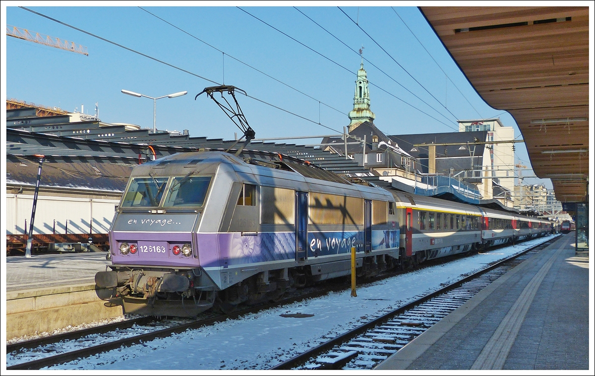 . The Sybic BB 26163 is heading the EC 91  Vauban  Bruxelles Midi - Chur in Luxembourg City on February 1st, 2012.