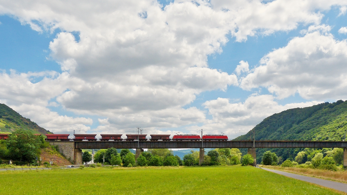 . Two 189 engines are hauling a goods train on the Mosel viaduct between the Kaiser Wilhelm tunnel and the Petersberg tunnel near Edinger-Eller on June 21st, 2014.
