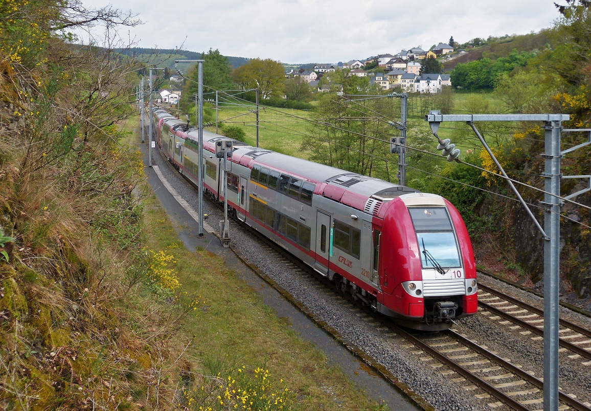 . Z 2200 double unit as IR 3537 Troisvierges - Luxembourg City is running between Wilwerwiltz and Lellingen on May 7th, 2014.