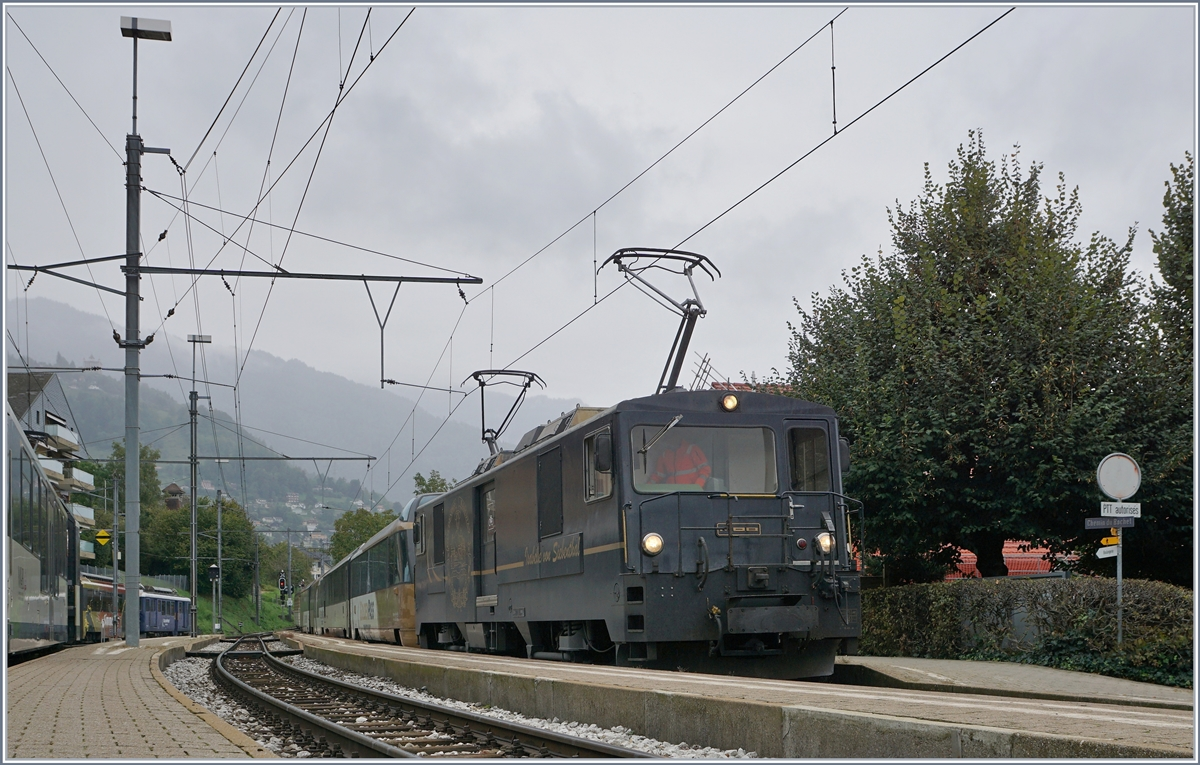 A MOB GDe 4/4 with a Panoramic Train on the way to Montreux by his stop in Chernex.
