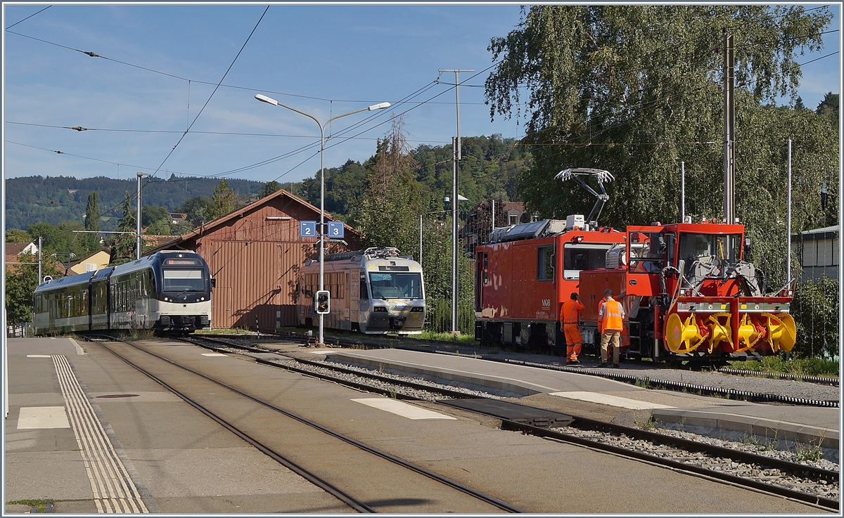 A MVR SURF is arriving at Blonay, the CEV Beh 2/4 72 makes a break and the HGem 2/2 2501 is on a test run.