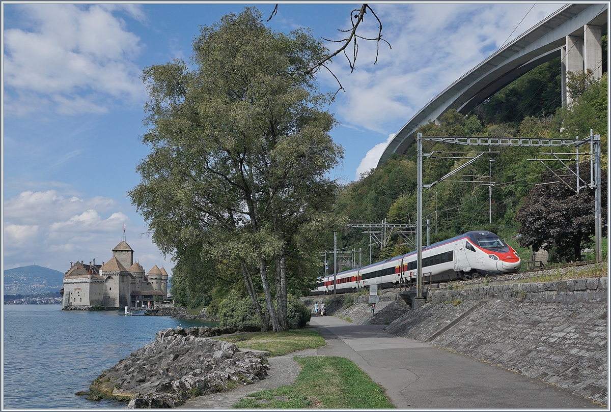A sBB ETR 310 on the way to Milano by the Castle of Chillon.