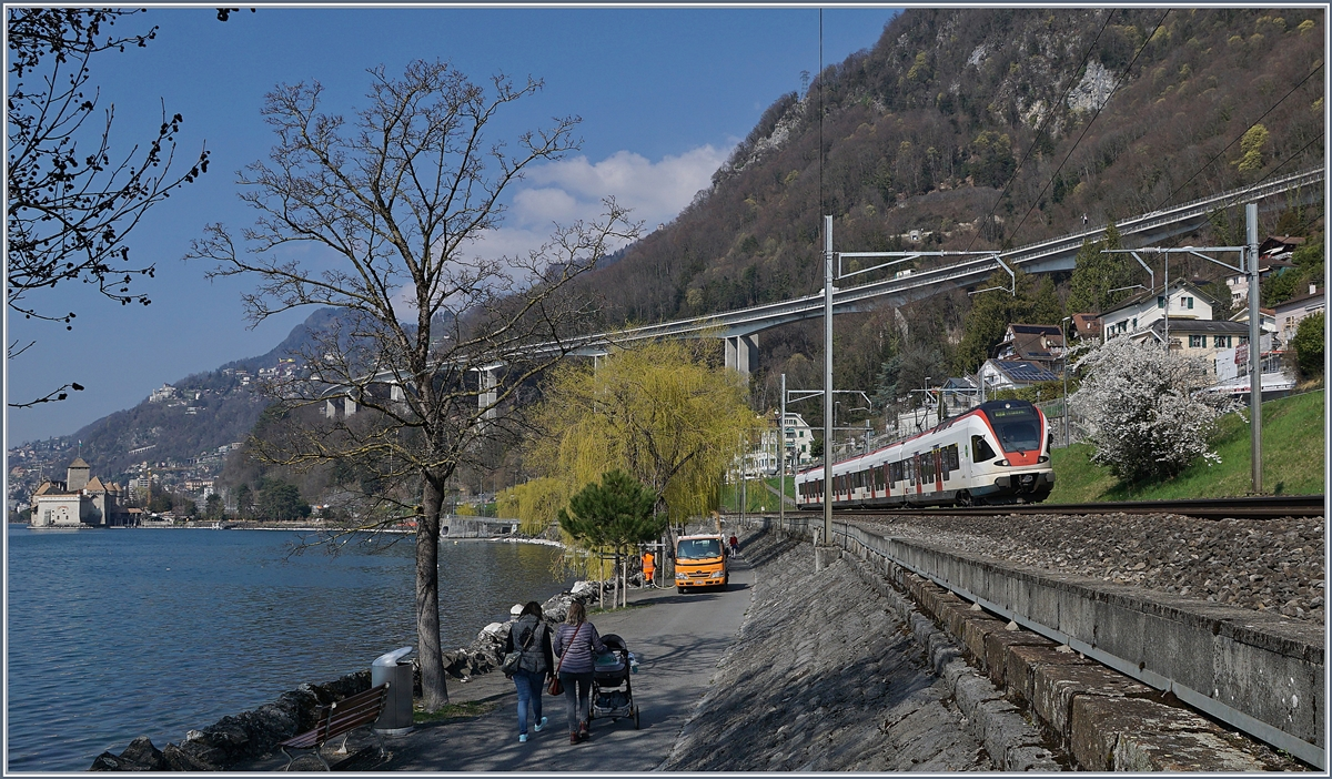 A SBB Flirt on the way to Villeneuve by the castel of Chillon.