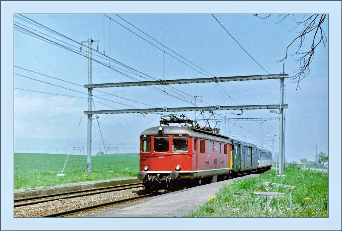 A SBB Re 4/4 I is arriving with his local train at the Arnex Station.