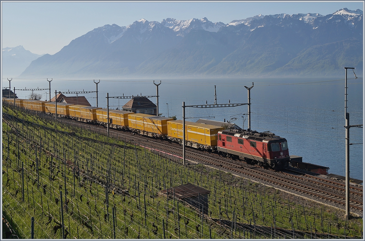 A SBB Re 4/4 II wiht a Mail-Train-Service by Cully. 
