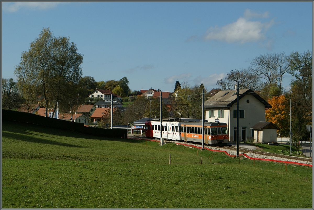 A TPF local train arriving at the Bossenns Station.