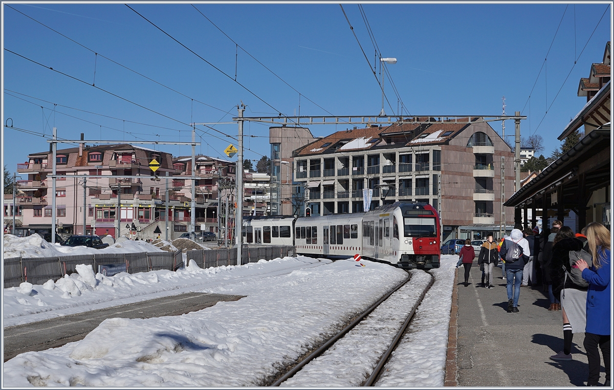 A TPF local train is arriving at the Châtel St-Denis Station.