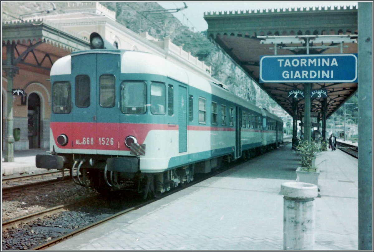 Aln 668 1526 runs for a FS Local train by his stop in Taormina Gardini.