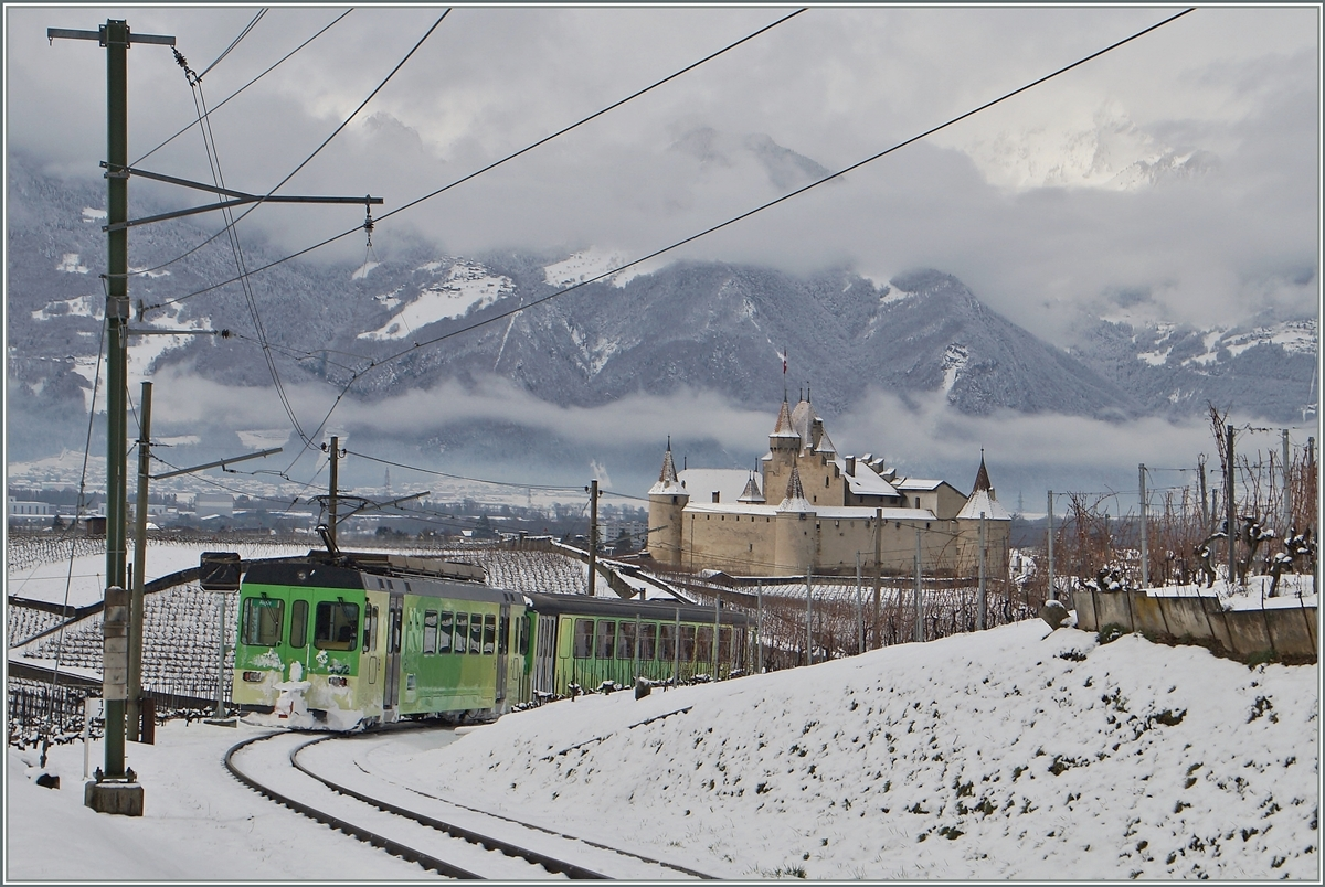 An ASD local train on the way to Aigle by the Castle of Aigle.