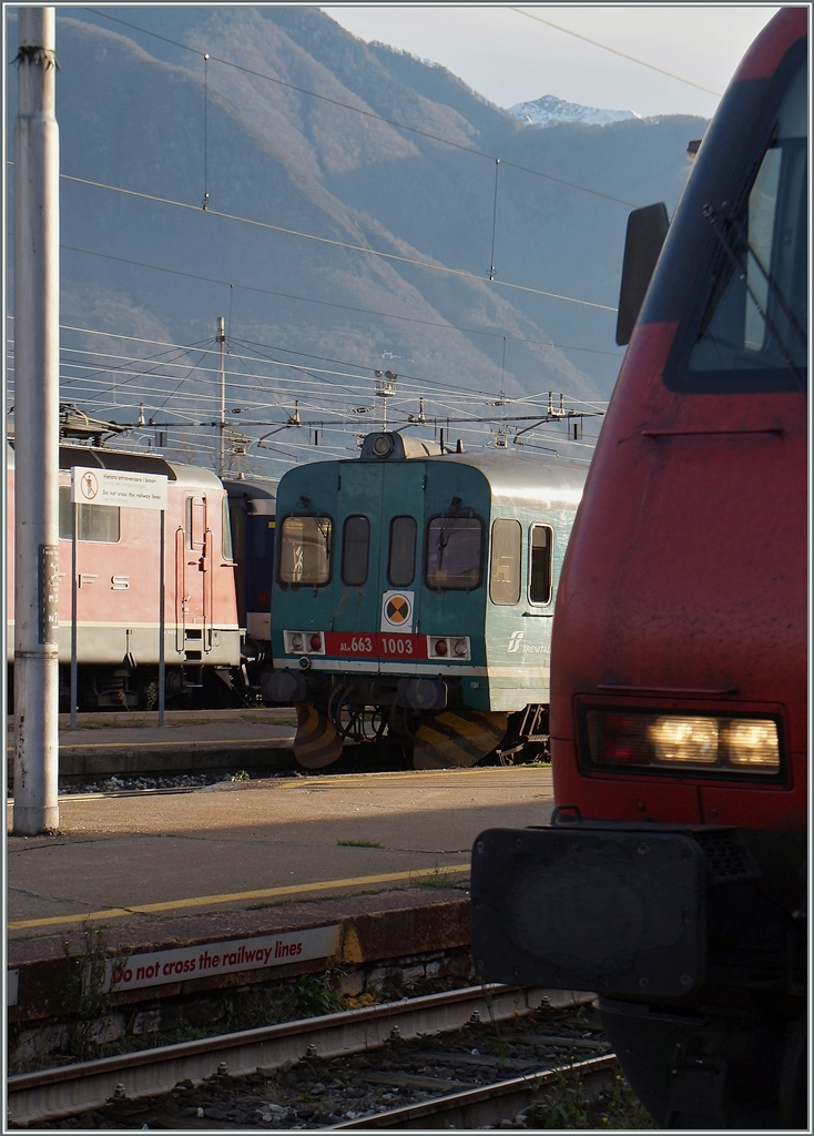 Between a SBB Re 4/4 II and Re 460 The FS Aln 663 1003 in Domodossla. 