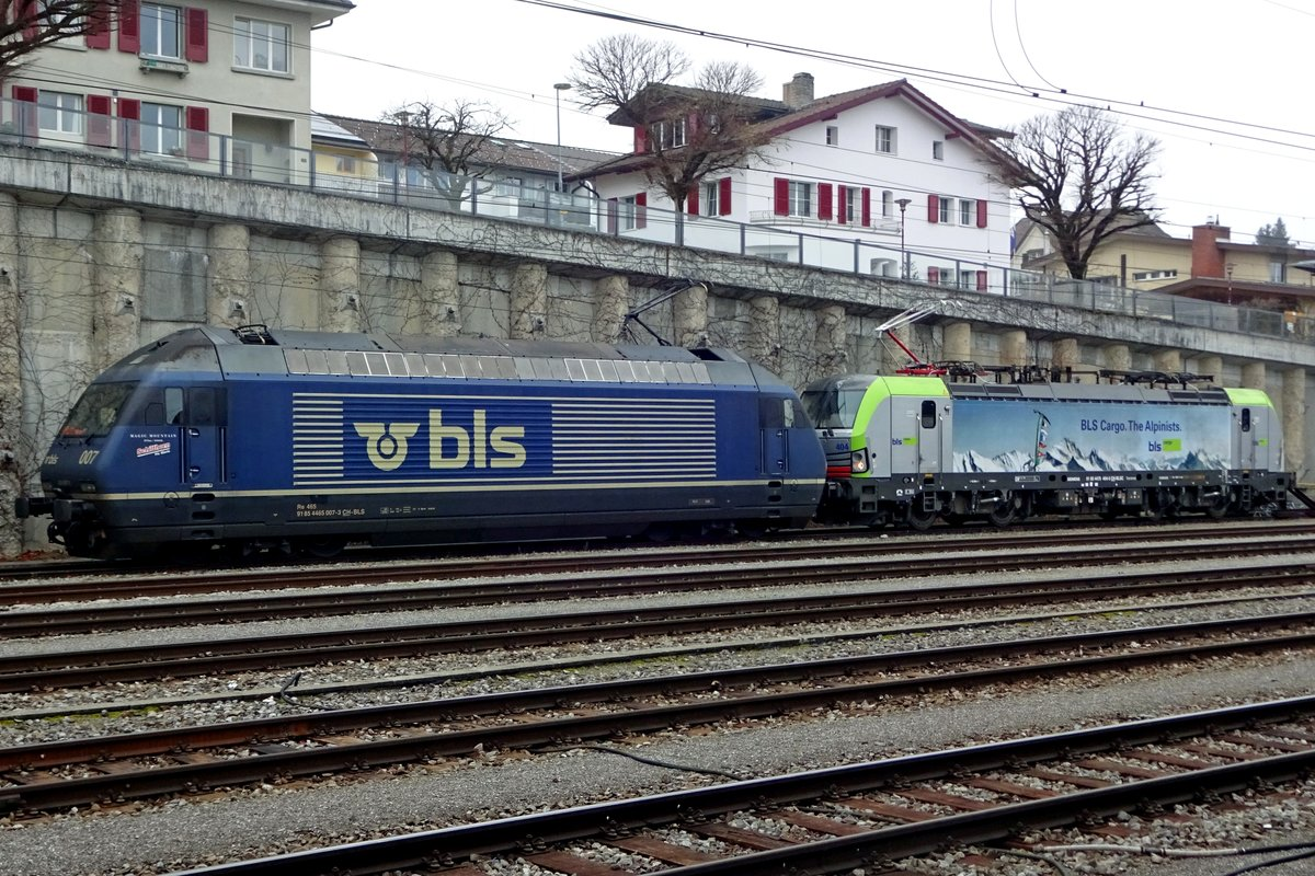 BLS 465 007 stands with a loco train at Spiez on 2 January 2020.