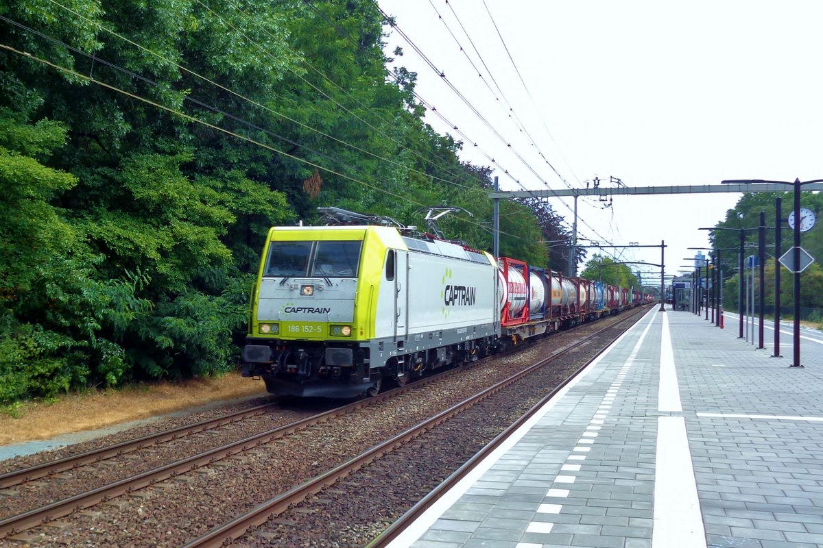 Captrain 186 152 passes through Tilburg-Universiteit on 29 July 2018.