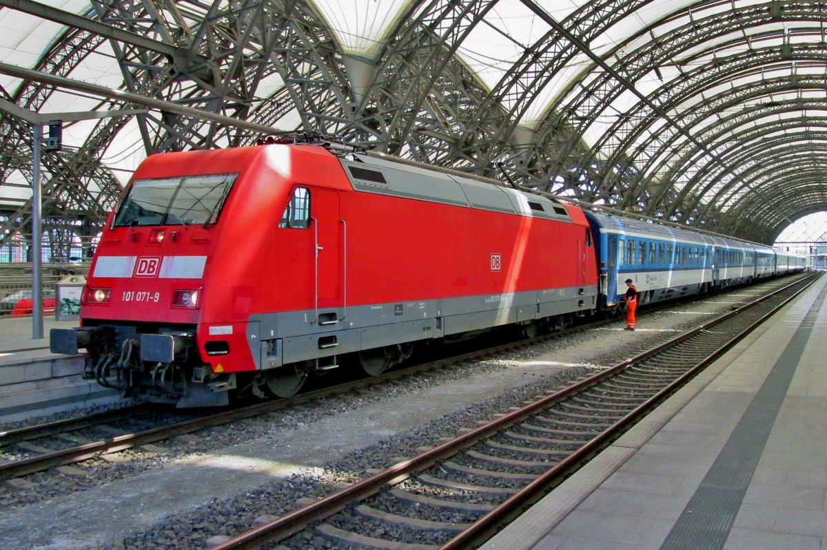 DB 101 071 is being coupled to EuroCity 379 at Dresden Hbf on 10 May 2016 for the last drive from Dresden to Hamburg-Altona via Berlin, the train having begun early that morning in Prague.