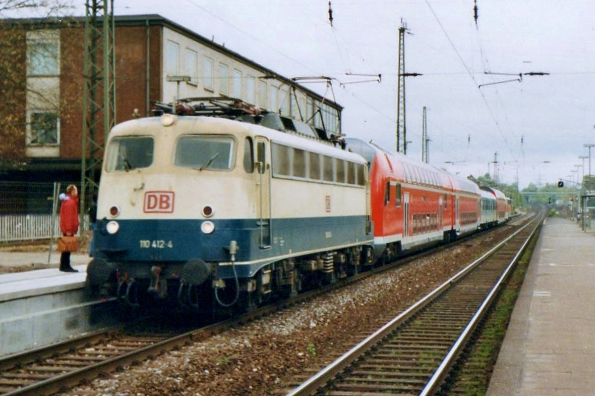 DB 110 412 hauls empty passenger stock through Recklinghausen Hbf on 24 February 1998.
