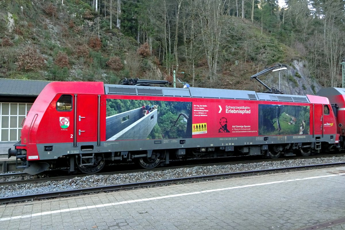 DB advertiser 146 236 was seen at the rather cramped station of Triberg on 30 December 2019.