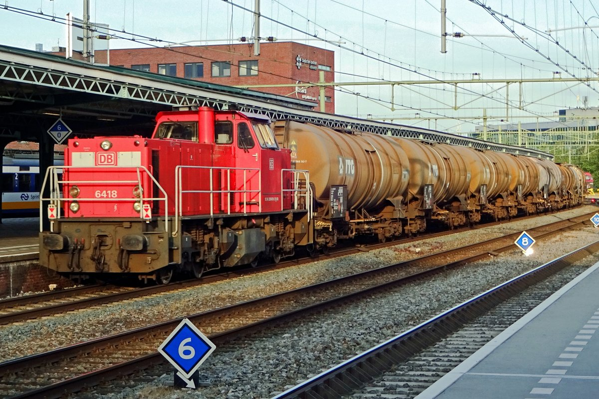 DBC 6418 banks an oil train through Deventer on 15 July 2019.