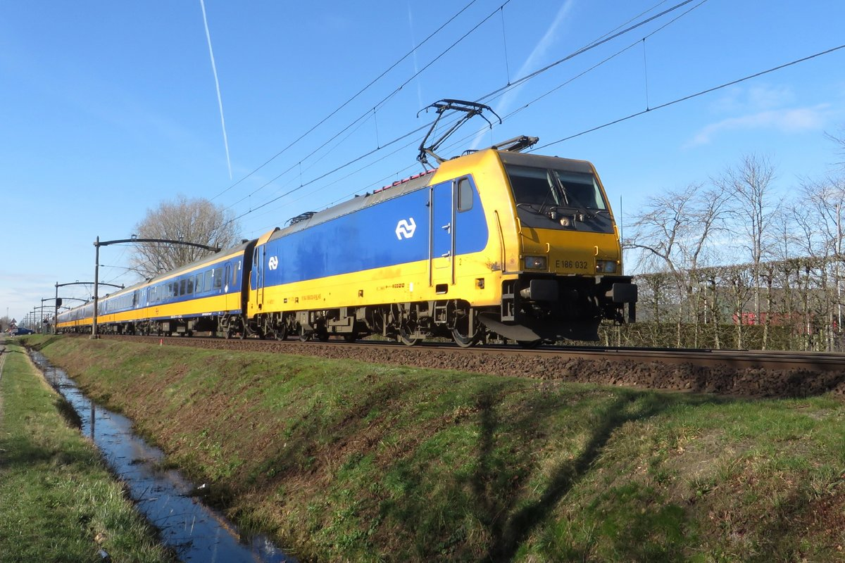 Frog's view on NS 186 032 hauling an IC-Direct through Boxtel on 24 February 2021.