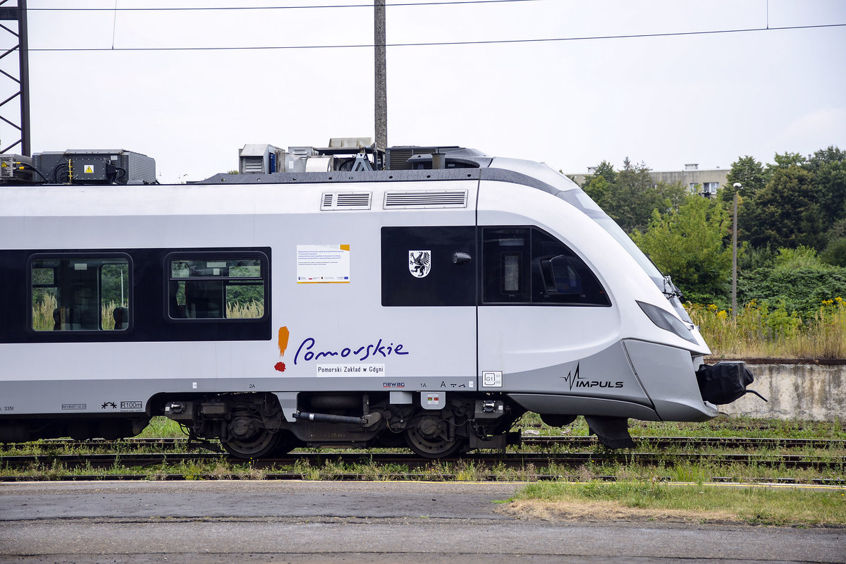Front photo of a 45WE Impuls belonging to the private operator Pomerania. Powe­red by four 500 kW trac­tion motors, the total power output the train sums up to 2000 kW, ena­bling a top speed of up to 160 km/h. It's capacity is of up to 500 passengers, including at least 195 seats.