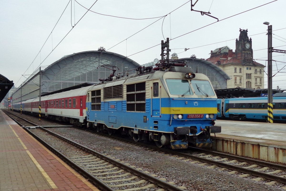 HUGO, a.k.a. 350 004 quits Praha hl.n. on 24 September 2017. sadly, this loco has received the standard Blondski-colours and has lost this historic paintings.