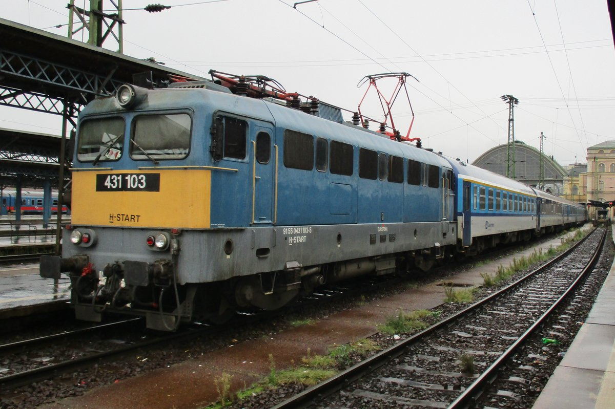 In the pouring rain on 6 September 2016, MAV 431 103 prepares with Czech stock as an EC-service to Praha in Budapest-Nyugati.