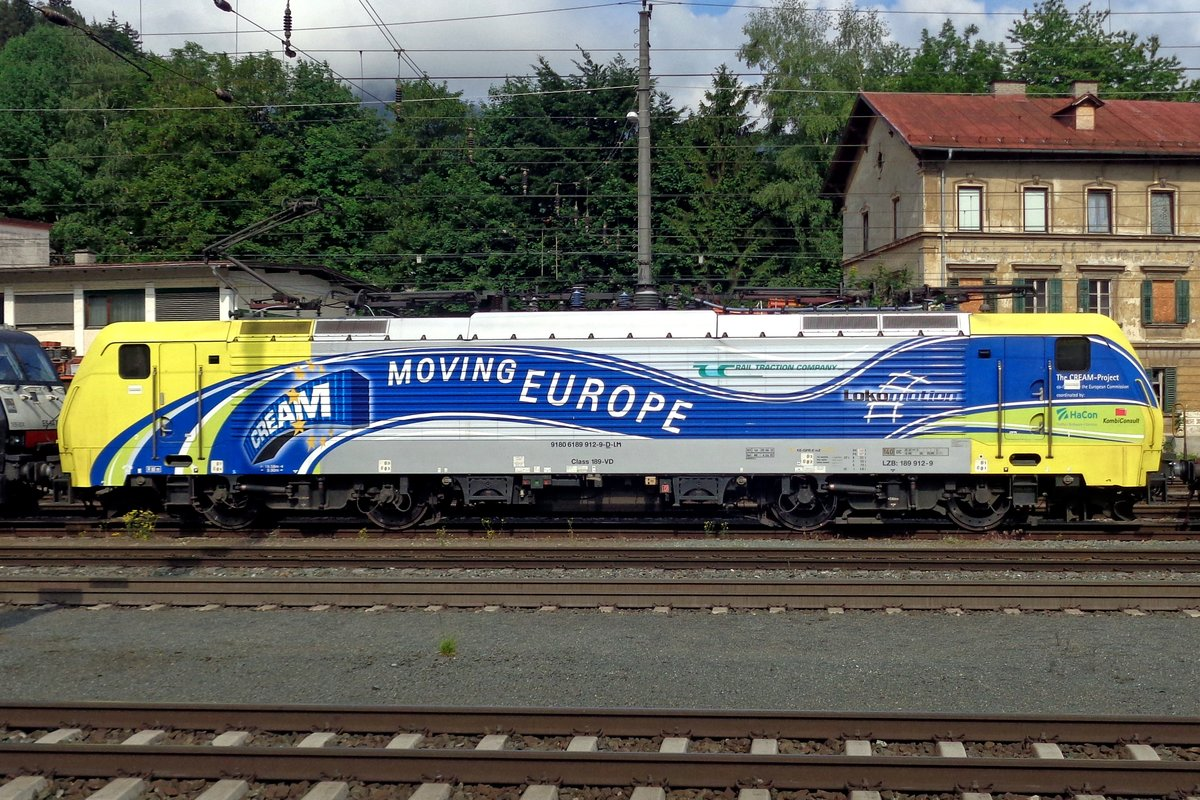 Lokomotion 189 912 stands in Kufstein on 18 May 2019, still advertising a good Milk.